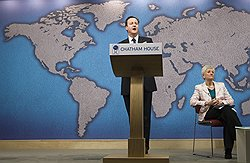 Британский премьер Дэвид Кэмерон (слева) отказался от намерения назначить своим советником по национальной безопасности баронессу Паулин Невилл-Джонс (справа), узнав о ее возможных связях с